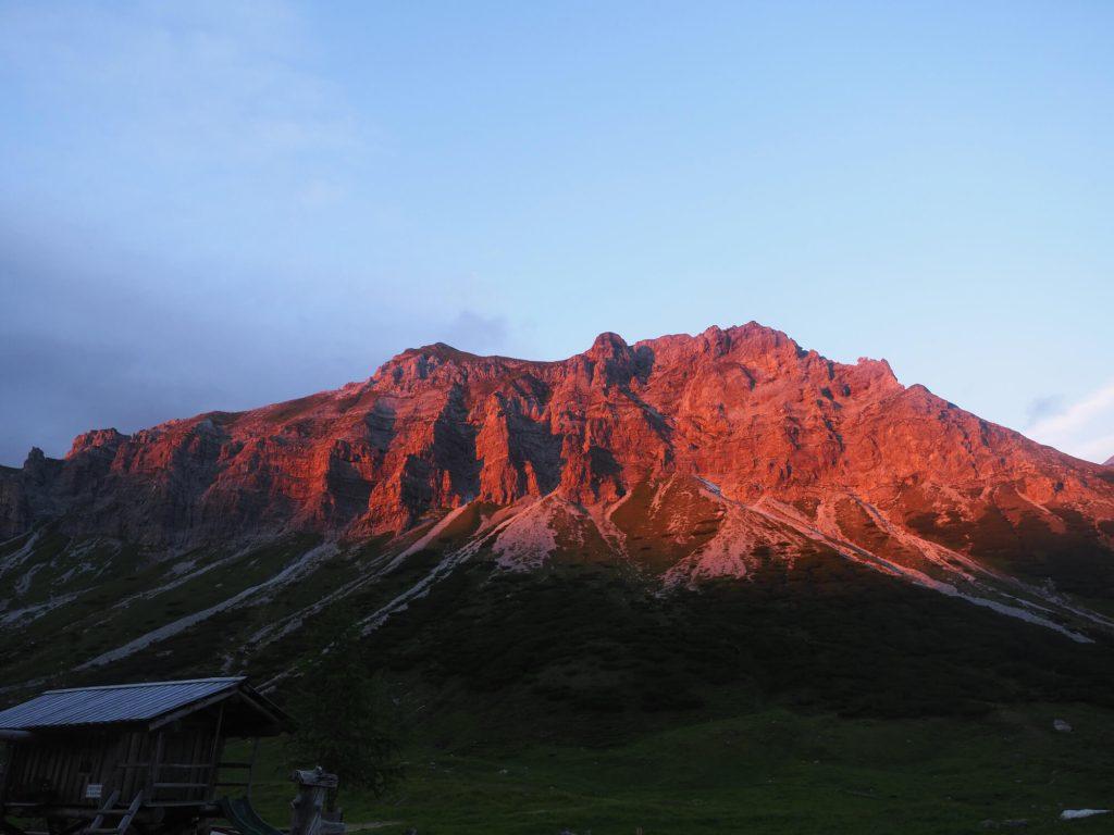 De bergen kleuren rood bij het Alpenglühen 's avonds bij de Oberhütte in het SalzburgerLand