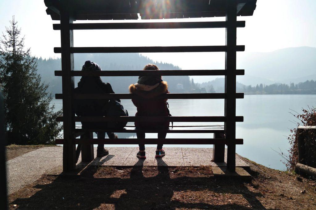 Wandelpauze op een bankje bij het meer van Bled