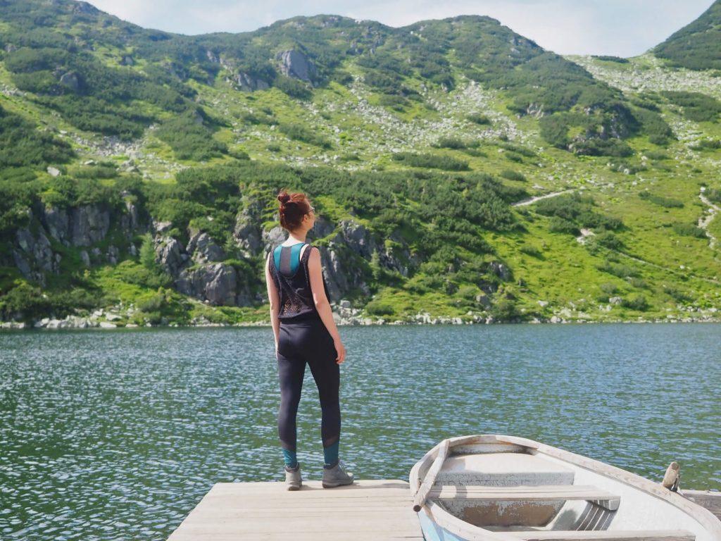 Grisport Aspen Mid wandelschoenen aan een bergmeer in de Alpen