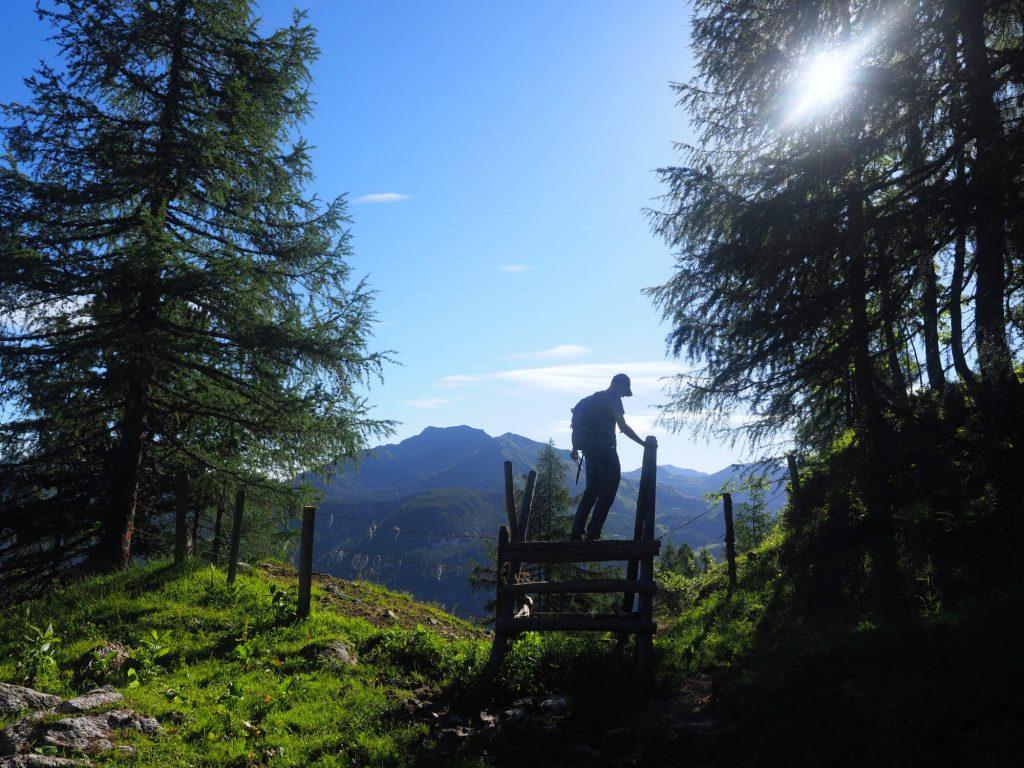 Wandelen met de eerste zonnestralen tijdens een huttentocht van 3 dagen in Oostenrijk