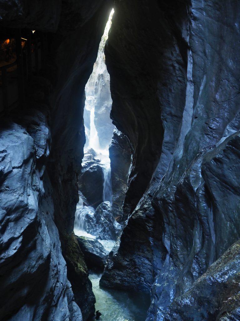 Diepe kloof in het Salzburgerland met rotsen die door het water uitgesleten zijn
