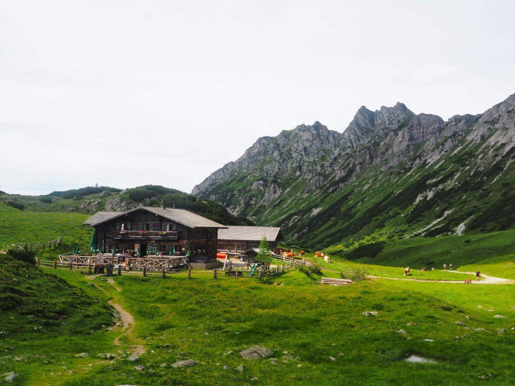 De Oberhütte ligt aan de Oberhüttensee en wordt omringd door de bergen van het SalzburgerLand