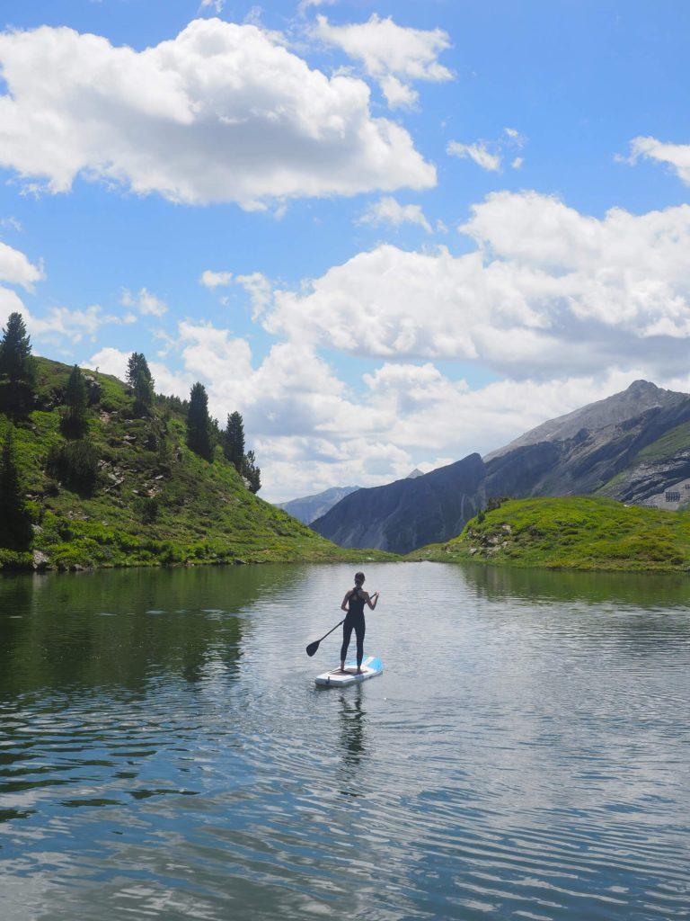 Stand up paddling op de Krummschnabelsee, een meer omringd door bergen