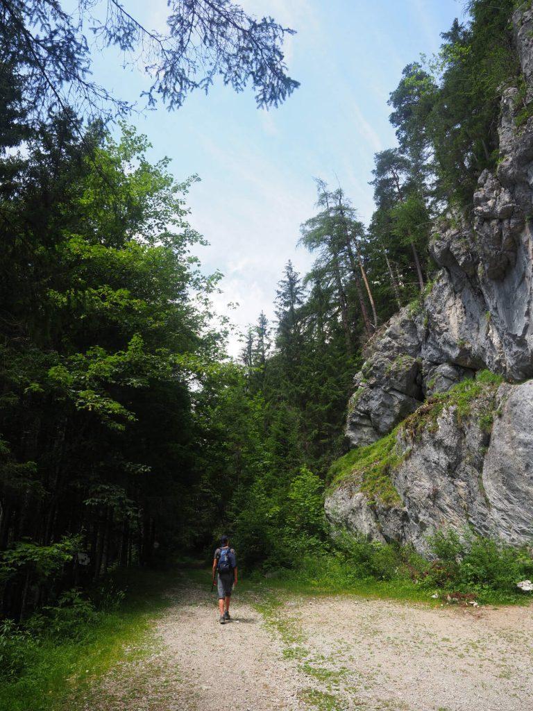 Wandelen in de bergen tijdens een huttentocht van 3 dagen in Oostenrijk
