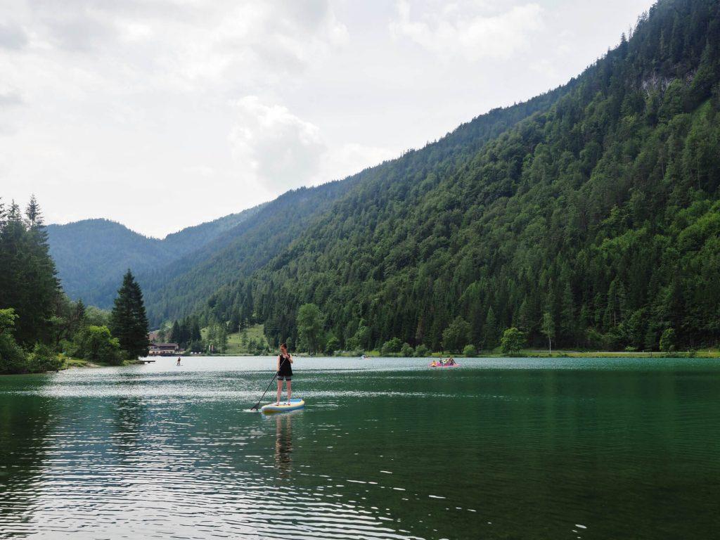 Strand up paddling (SUP) op het bergmeer Pillersee tussen de bergtoppen van Oostenrijk