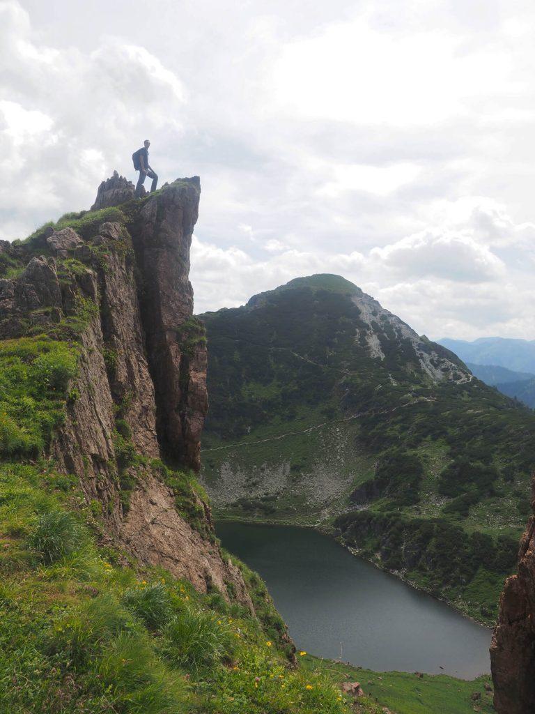 Een wandelaar beklimt een steil bergtopje bij de Wildsee in Fieberbrunn in Oostenrijk