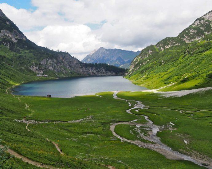 Uitzicht op de Tappenkarsee waar kleine, kronkelende bergstroompjes vanaf de bergtoppenn naartoe lopen