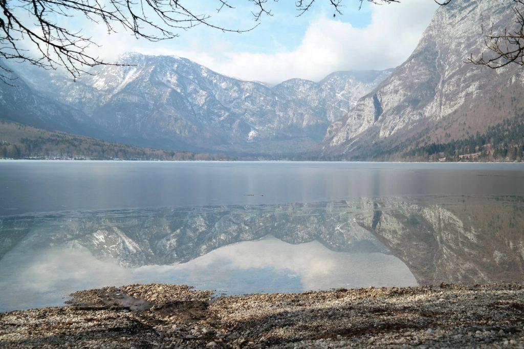 Meer van Bohinj in de winter met reflectie in het water