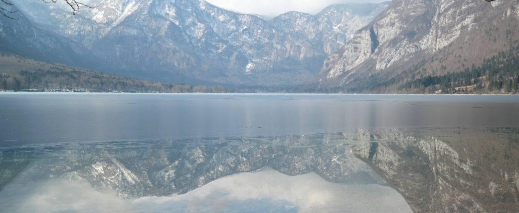 Wandern auf dem Rundwanderweg vom Bohinj See in Slowenien
